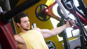 El hombre entrena a sus pies en gimnasio almacen de video