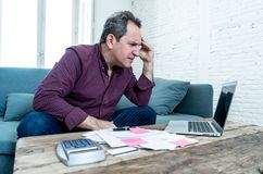 El hombre envejecido medio trastornado subrayó sobre deudas de la tarjeta de crédito y finanzas que consideraban no felices de lo foto de archivo