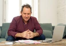 El hombre envejecido medio trastornado subrayó sobre deudas de la tarjeta de crédito y finanzas que consideraban no felices de lo imágenes de archivo libres de regalías