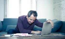 El hombre envejecido medio trastornado subrayó sobre deudas de la tarjeta de crédito y finanzas que consideraban no felices de lo fotos de archivo