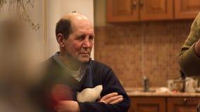 El hombre envejecido sienta escuchar la historia divertida fotografía de archivo