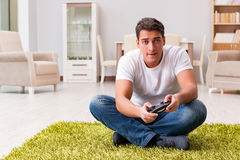 El hombre enviciado a los juegos de ordenador Imagenes de archivo