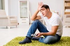 El hombre enviciado a los juegos de ordenador Foto de archivo