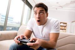 El hombre enviciado a los juegos de ordenador Imagen de archivo libre de regalías