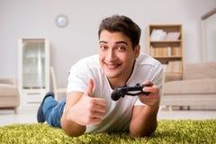 El hombre enviciado a los juegos de ordenador Fotos de archivo libres de regalías