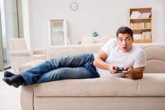 El hombre enviciado a los juegos de ordenador Fotos de archivo