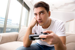 El hombre enviciado a los juegos de ordenador Foto de archivo libre de regalías