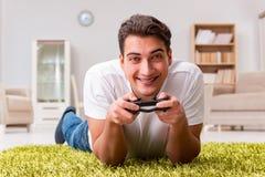 El hombre enviciado a los juegos de ordenador Imágenes de archivo libres de regalías
