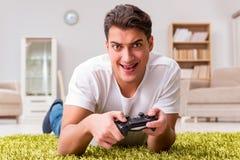 El hombre enviciado a los juegos de ordenador Fotografía de archivo