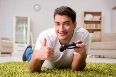 El hombre enviciado a los juegos de ordenador Fotografía de archivo libre de regalías