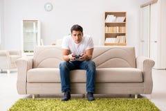 El hombre enviciado a los juegos de ordenador Imagen de archivo