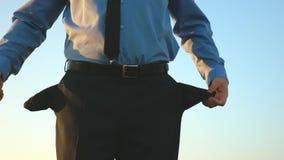 El hombre es arruinado Negocio del mendigo Empresa arruinada Hombre en bolsillos vacíos de las torsiones del lazo de la deuda con metrajes