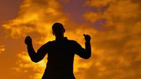 El hombre es baile divertido en la puesta del sol silueta video divertida del hombre que baila el movimiento divertido divertido  almacen de video