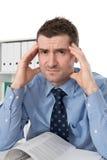 El hombre es con exceso de trabajo Imagen de archivo