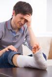 El hombre es dolor trastornado y de la sensación Foto de archivo
