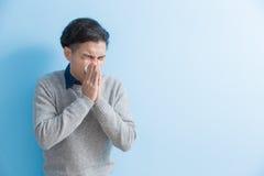 El hombre es enfermo y de estornudo Imagenes de archivo