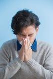 El hombre es enfermo y de estornudo Fotografía de archivo