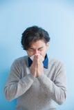 El hombre es enfermo y de estornudo Fotografía de archivo libre de regalías