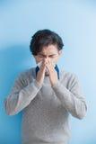 El hombre es enfermo y de estornudo Foto de archivo