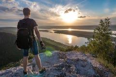 El hombre es fotógrafo encima de una montaña fotos de archivo libres de regalías