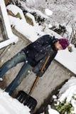 El hombre es nieve que traspala las escaleras Fotos de archivo libres de regalías