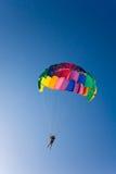 El hombre es parasailing Imagen de archivo libre de regalías