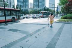 El hombre escribe caracteres chinos en la calle fotografía de archivo libre de regalías