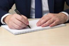 El hombre escribe con la manija el plan empresarial Fotos de archivo libres de regalías