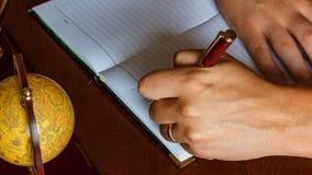 El hombre escribe con su mano izquierda en las entradas del diario Zurdo metrajes