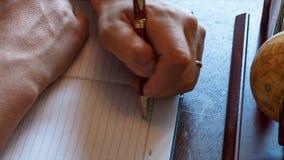 El hombre escribe con su mano izquierda en las entradas del diario Zurdo almacen de video