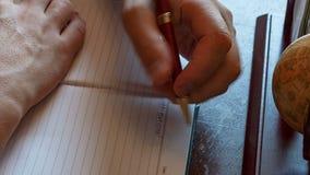 El hombre escribe con su mano izquierda en las entradas del diario Zurdo almacen de metraje de vídeo
