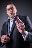 El hombre espantoso muestra un finger, imagen de archivo