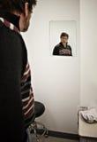El hombre espera al doctor Fotos de archivo