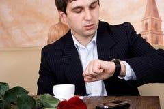 El hombre espera a su novia Foto de archivo