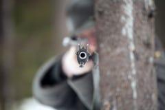 El hombre está apuntando un rifle Fotos de archivo