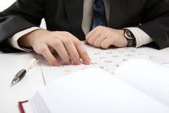 El hombre está buscando la información en el calendario Imagen de archivo