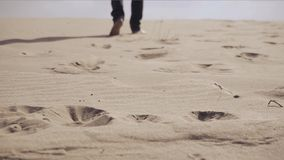 El hombre está caminando en desierto metrajes