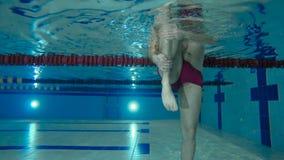 El hombre está caminando a lo largo de la parte inferior de la piscina metrajes