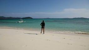 El hombre está corriendo en el mar tropical almacen de video