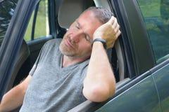 El hombre está descansando en el coche Fotografía de archivo