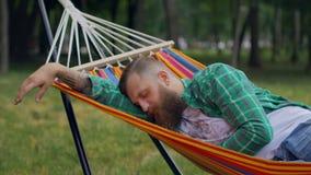 El hombre está durmiendo en una hamaca almacen de video