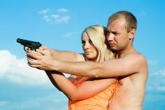 El hombre está enseñando a la novia a tirar. Fotos de archivo libres de regalías