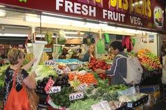 El hombre está haciendo compras en el mercado central en Adelaide  Foto de archivo