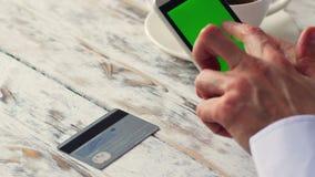 El hombre está haciendo compras en línea con el smartphone, 4k metrajes