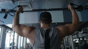 El hombre está haciendo el ejercicio del bíceps almacen de metraje de vídeo