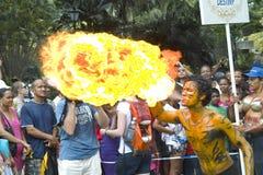 El hombre está jugando con el fuego. Carnaval. Imagenes de archivo