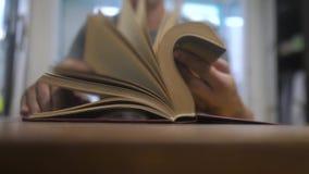 El hombre está leyendo forma de vida un libro educación que aprende concepto de la biblioteca el hombre abre el libro el hombre d metrajes