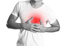 El hombre está llevando a cabo su dolor de pecho del pecho heartburn El hogar foto de archivo