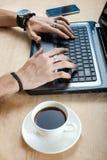El hombre está mecanografiando en el teclado Imagen de archivo