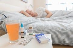 El hombre está mintiendo en cama para recuperarse de gripe Fotografía de archivo